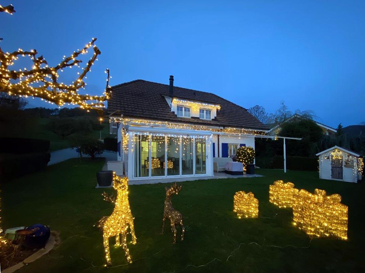 Neben dem Baum wurde auch das Haus mit dem System LED24 beleuchtet