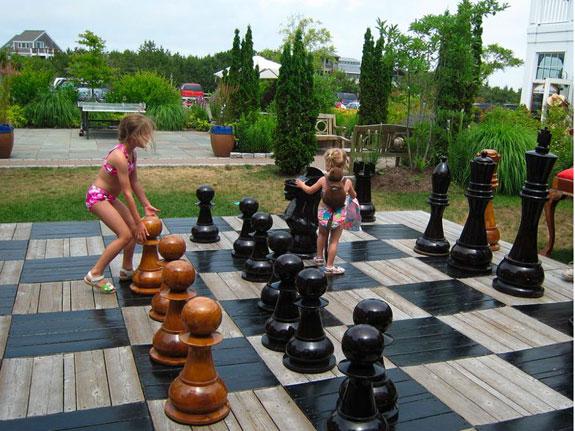 Ein Schachfeld aus Holzlatten