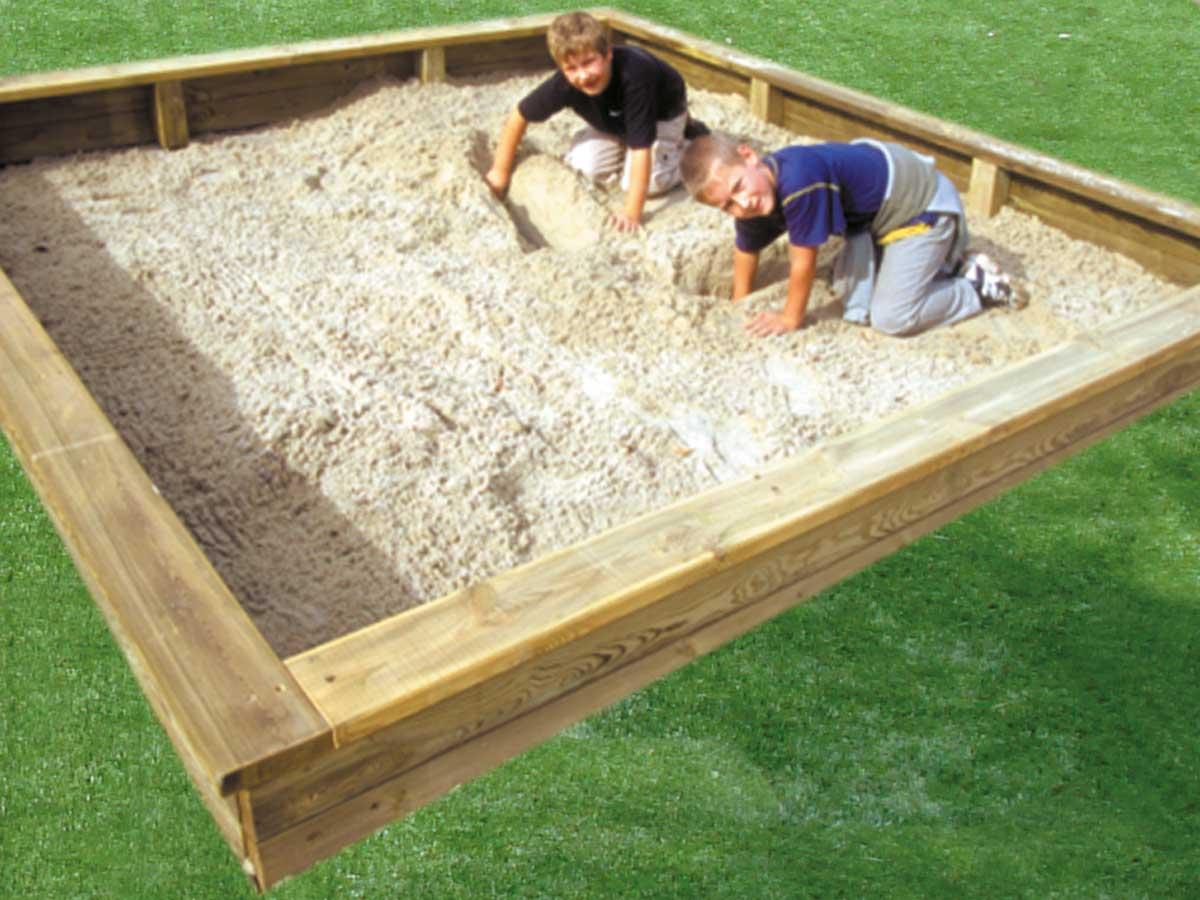 Sandkasten und Wasserspiele und Wasserpumpumpen