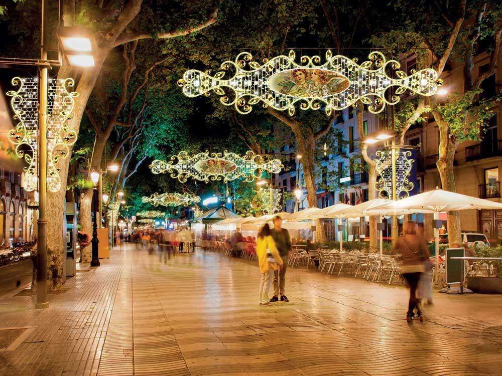 Kandealberlichter an Seilen montiert top Strassenlichter für Weihnachten