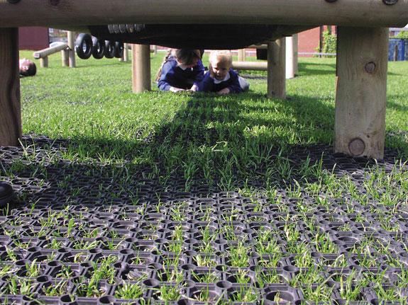 Gummiwabenmatten dienen als Fallschutz und sind schnell verlegt