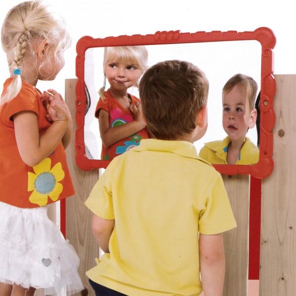 Kinderspiegel Haha Hihi mit grosser Verzerrung des Spiegelbildes