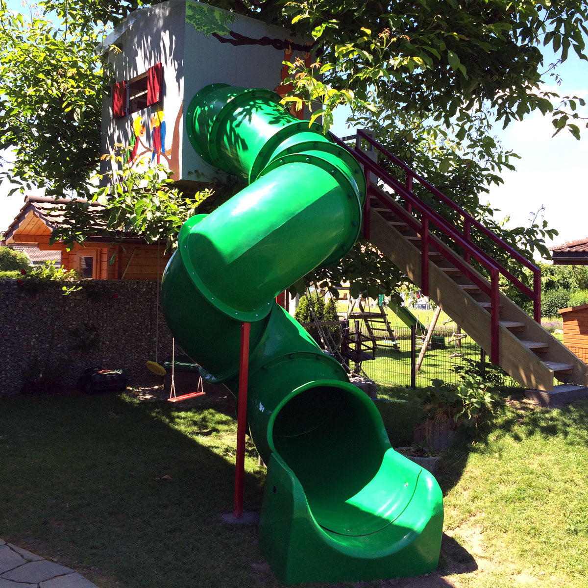 Tunnelrutsche im Garten montiert an Baumhaus