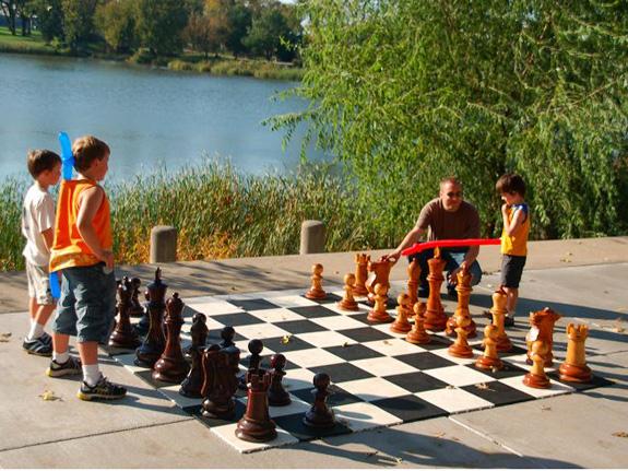 Giant-Chess begeistert auch Kinder