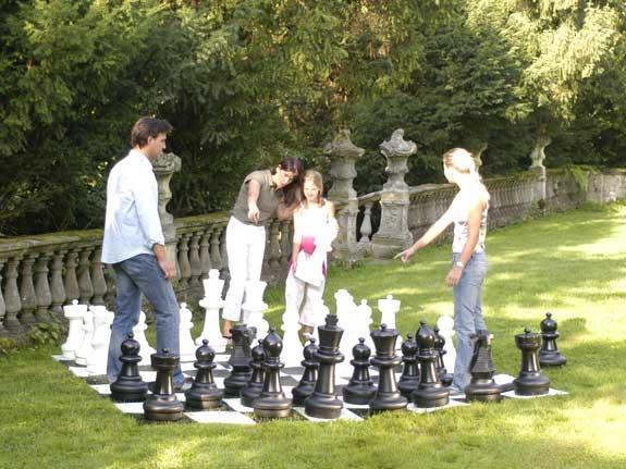 Schach spielen mit Riesenschachfiguren macht Spass
