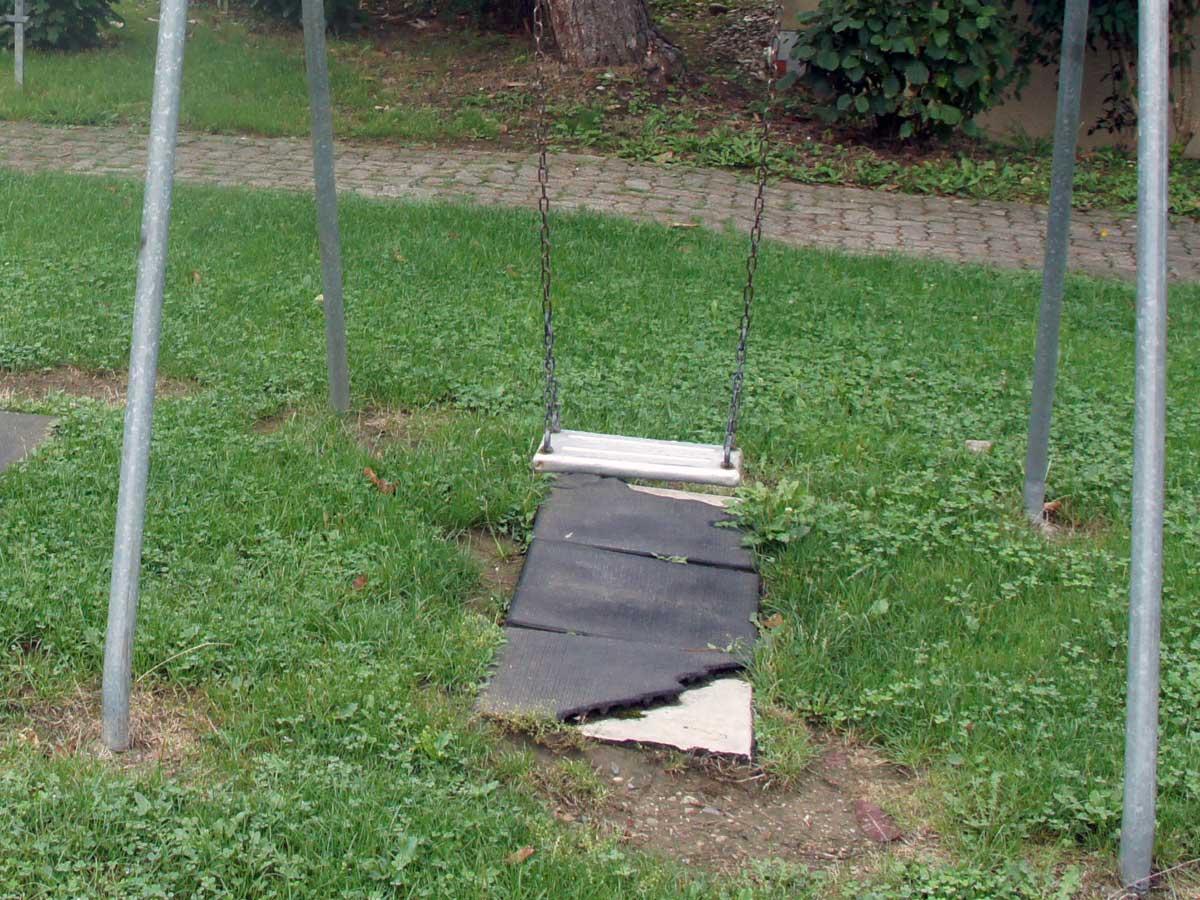 Betonplatten mit Gummiüberzug ist kein Fallschutz