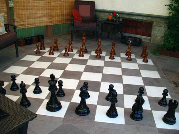Mit Giant-Chess im Wohnzimmer Schach spielen