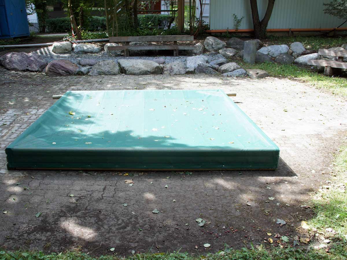 Sandkasten auf einer Steinunterlage