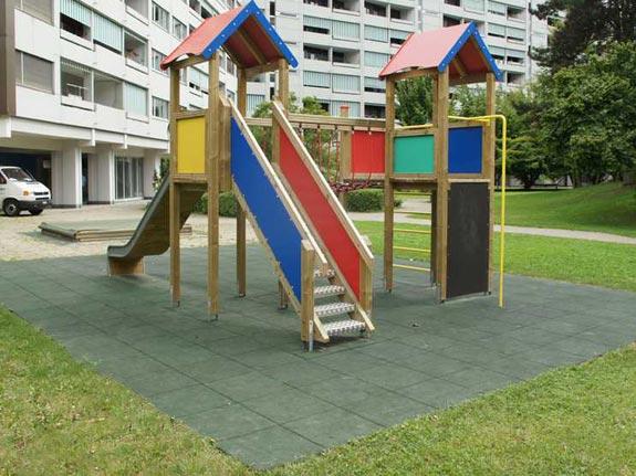 Fallschutzplatten als Fallschutzbelag für öffentliche Kinderspielplätze nach Norm EN1177