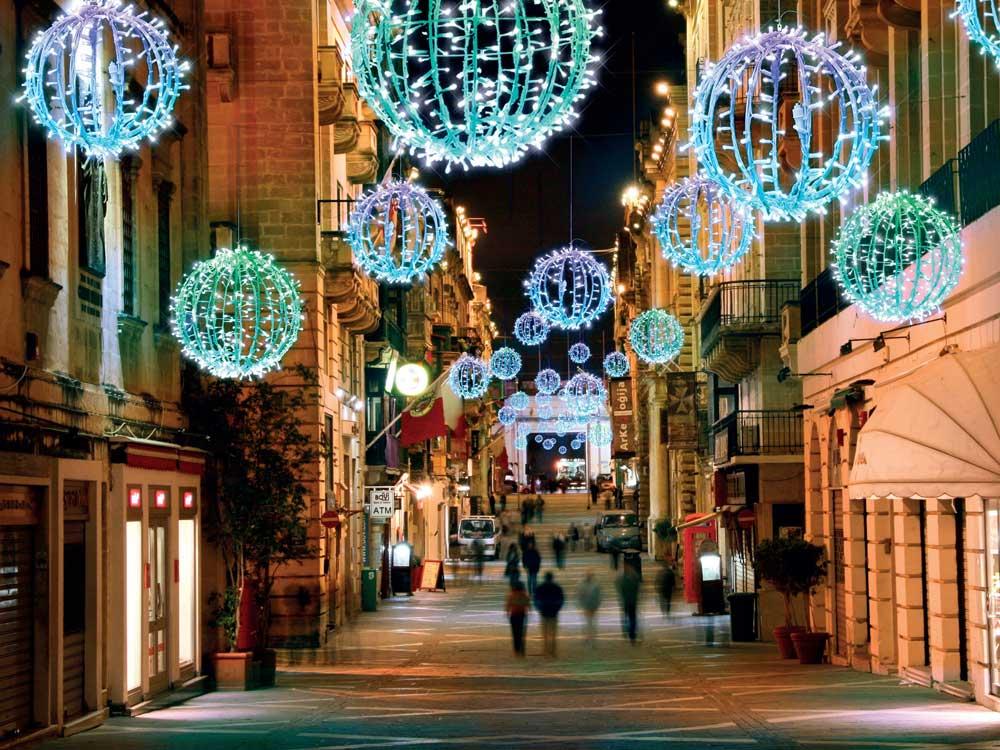 Strassendekoration für Weihnachten mit leuchtenden Kugeln