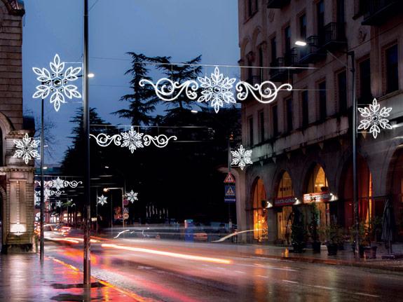 Weihnachtsdekoration über der Strasse mit Seilmontage