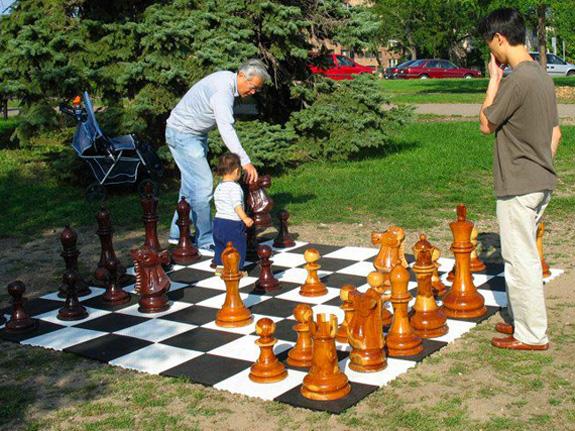 Das Schachfeld aus Bodenrosten ist mobil