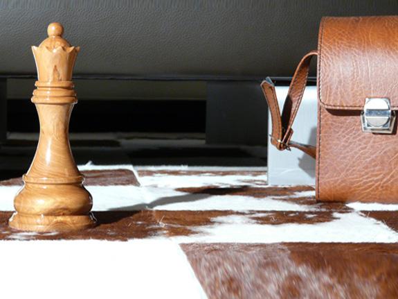 Riesige Schachfiguren als Schaufenster Dekoration