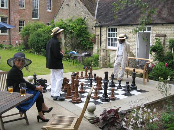 Riesenschachfiguren auch in privaten GärtRiesenschachfiguren sieht man immer mehr auch in privaten Gärten. Schach spielen ist ein hochwohl angesehenes und geistreiches Spiel. Für die Umsetzung wurden hier 32 schwarze Platten 45 x 45 cm und 32 weisse Platten 45 x 45 cm verwendet. Als Umrandung wurden 12 schwarze Steinplatten 45 x 135 cm verlegt.
